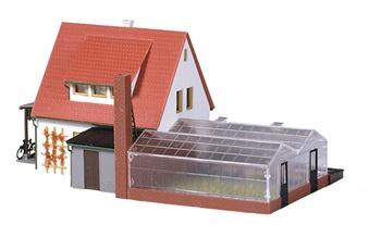 Casa con mercado de flores. Medida: 185x95x85mm.