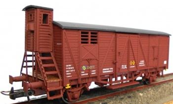 Vagón cerrado J-301817 garita elevada color rojo óxido.